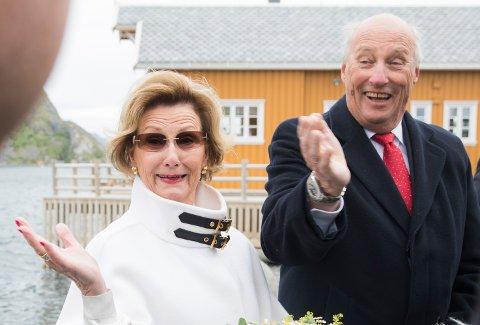 Dronning Sonja og Kong Harald fotografert under et besøk på Sakrisøy i Nordland tidligere i sommer.