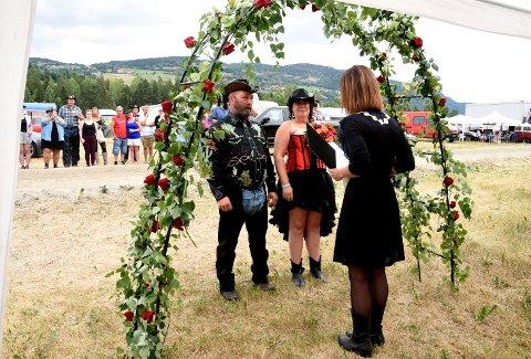Ann-Kristin Molteberg og Lars Magnus Storø fra Elverum giftet seg under Countryfestivalen på Vinstra fredag foirmddag. Ordfører for anledningen. Anne Sletten, stod for vielsen.