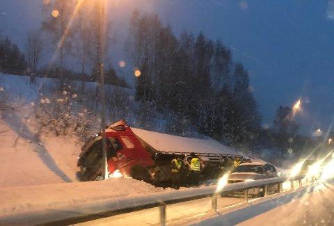 I GRØFTA: En trailer ligger i grøfta ved avkjøringen til Vingrom.