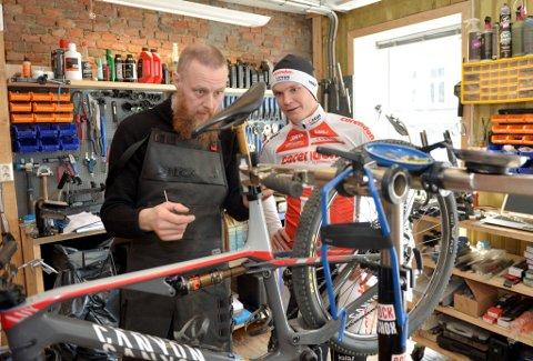 Petter Fagerhaug, og sykkelrepratøt Anders Mathiesen hos Sykkologen, sørger for at det nye sykkelsetet blir montert riktig. Fagerhaug er glad for at han har en som kan hjelpe ham med å fikse sykkelen når han er på Lillehammer.