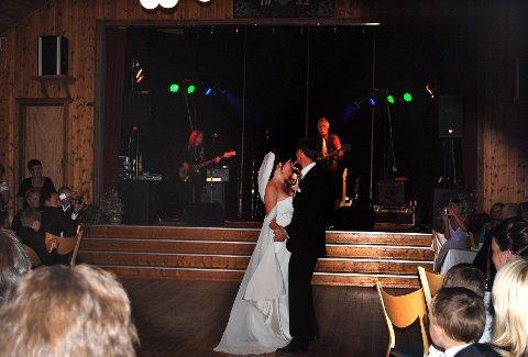 Gudveig Flitte Skurdal og mannen Jon Olav Skurdal, svinger seg i bryllupet sitt på Folkets Hus på Harpefoss. Bandet for kvelden; Baksia.