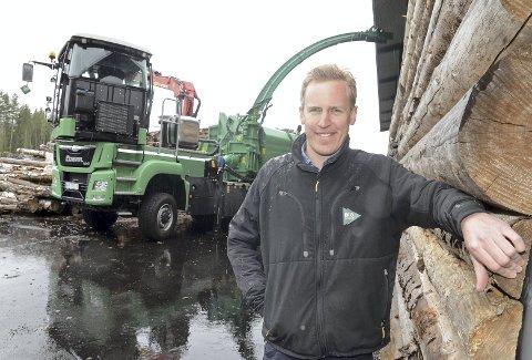 Solid investering: Biodrift AS har investert i ny, topp moderne flishoggermaskin til drøyt seks millioner kroner. Daglig leder Anders Hohle gleder seg over bedriftens nyeste tilskudd på stammen.