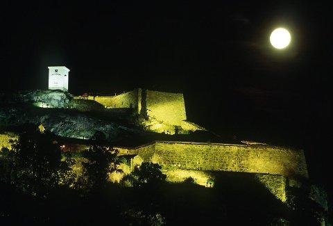 SLÅR AV LYSET: Flomlyset på Fredriksten festning blir slukket klokka 20.30 og en time fram lørdag kveld.Arkivfoto: Stein Johnsen