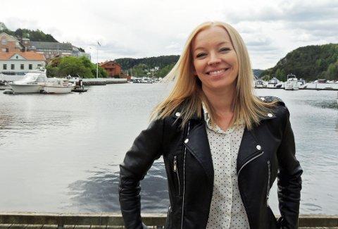 UTGIR EGEN BOK: Lise Stenersen har laget sin egen kakebok. Den kommer i salg om noen uker.