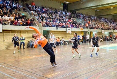 NY IDRETTSHALL?: Halden Topphåndball spiller på dispensasjon - for aller siste sesong - i Remmenhallen.