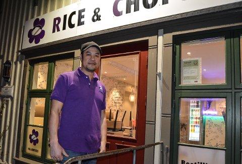 FORNØYD MED SMILEFJES: Hoang Nguyen eier og driver Rice & Chopsticks sammen med kona. Da Mattilsynet kom på uventet kontroll i januar, hadde ekteparet alt på stell. – Å få smilefjes viser for kundene våre at vi står på, og at det vi gjør, er riktig og bra, sier han.