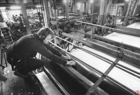 SNART SLUTT: I drøye 80 år var cellulosefabrikken på Kaken i drift, men i 1991 var det slutt. Her er Tor Gløboden i arbeid  ved tørkemaskinen, bare noen dager før det ble stille i maskinhallene. Arkivfoto: Anders Johansson