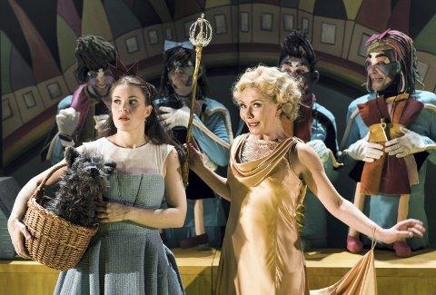 PÅ RUNDREISE: Anne Bolette Stang Eng (til høyre) er med når Riksteateret skal spille «Trollmannen fra Oz» 56 steder i landet.  Foto: Mats Bäcker