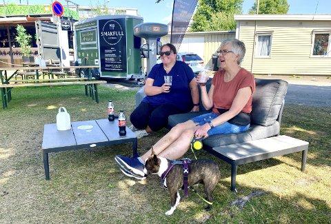 NØT FINVÆRET: Elin Monsen, Tove Sørum og bostonterrieren Wilma nøt finværet på Brygga Bar tirsdag. Foto: Jo E. Brenden
