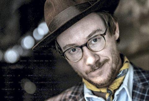 SELVRANSAKELSE: Adam Douglas spiller på kulturhuset og det er en musikalsk midtlivsanalyse publikum får servert.