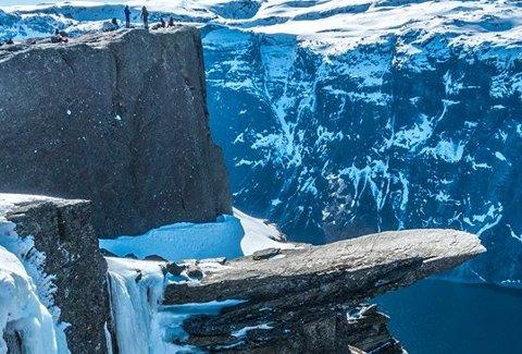 Is: Det er ikkje mogleg å gå ned på Trolltunga på grunn av isen.