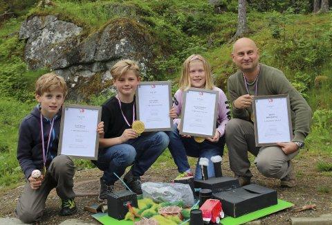 Champions: Elias Løyning, Kevin Nesse, Anja Guttormsen og lærar Pål Kaupang vart svært glade for prisen. Hannes Lundal har også vore med prosjektet, men var diverre ikkje til stades då elevane mottok prisen.