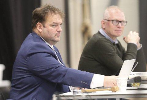 VANSKELIG: Budsjettmøtet ble avholdt i Fjordahallen i Kinsarvik. Ordfører Roald Aga Haug (Ap) sier kommunen er i en vanskelig situasjon. Her sammen med kommunesekretær Ragnvald Joakimsen. Foto: Eivind Dahle Sjåstad