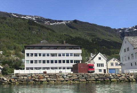 UTE PÅ FINN. NO: «Tunvoll», bygningen som husar Ekspedisjonen, Tunvoll fysikalske, Tunvoll trimstove, Ullensvang frisør, samt leilegheiter, er lagt ut på finn.no. Foto: Privat