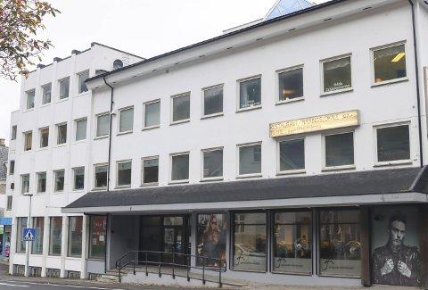 Sentrumsbygget Lothegården AS i Odda inneheld mellom anna butikklokale og kontor. Saka handla om lokalet til venstre på bildet, og dessutan tilhøyrande lagerplass i kjellaren.
