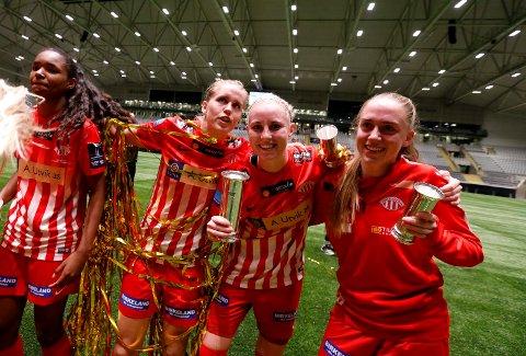 GULLJENTER: Cecilie Pedersen (nummer to fra høyre) sammen med Daiane Santos (f.v.), Elise Thorsnes og Benedikthe Hartvigsen etter seieren mot Vålerenga.