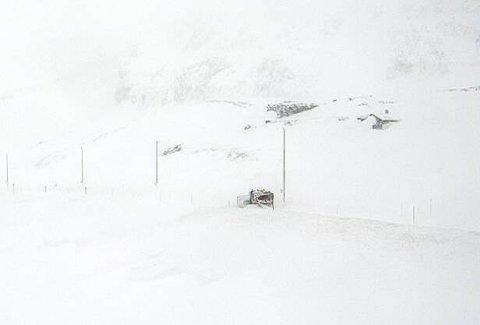 KL.13.30: Brøytebilene jobber iherdig med å gjøre klar veien, men foreløpig er alt stengt.