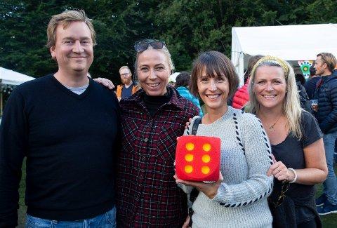 Publikum kaster terning. Bjørn Breivik, Anne Sofie Hagland, Lillian Medby og Tiril Fjeld (t.h.)