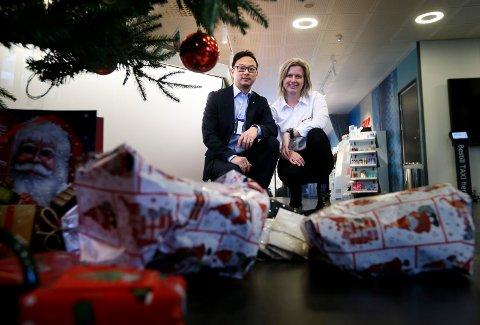 GIR VIDERE: Juletrærne folk kan legge gaver under rundt om på Haugalandet gjør en stor forskjell, forteller Roy Worum og Ellen Sofie S. Jacobsen.