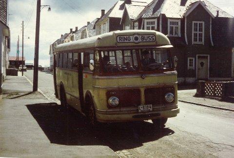 RUTESTART PÅ RISØY: Ringbussen hadde sin faste trasé i Haugesund i flere tiår. Her er den i Sundgata på Risøy. Bildet er tatt et stykke ut på 1960-tallet.