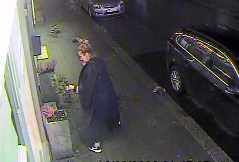 FUNNET: Mandag etterlyste frisør Elin Espeland kvinnen som hadde ryddet opp etter hærverk i blomsterpottene utenfor salongen i Strandgata. Nå er hun funnet.