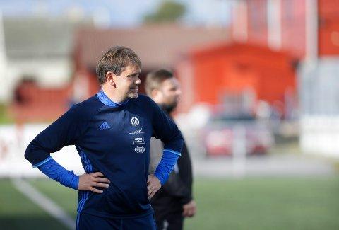 MÅ VENTE: Åkra-trener Geir Egil Høvring begynner å bli utålmodig, men har foreløpig ingen dato å forholde seg til.