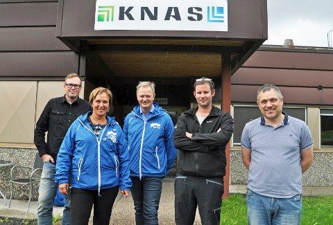 BESØKTE KNAS: Margunn Ebbesen og Jørn Clausen fra Høyre var mandag på besøk hos Gunnar Nilsen (f.v.), Marius Kroken og Jan Erik Nilsskog og KNAS.