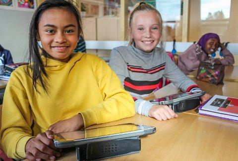 Fatima Aguilar (t.v.) og Emilie Olsen skryter av iPaden fordi den gjør undervisningen artigere.