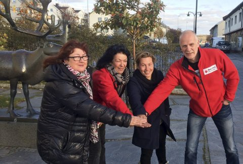 KLAR:  Hill Carstens, TV-aksjonsnestor (t.v.), Hanne Harila (i midten), leder av TV-aksjonskomiteen og Randi Vaage, daglig leder Finnmark Røde Kors og Ferdinan Eines fra Vadsø Røde Kors.