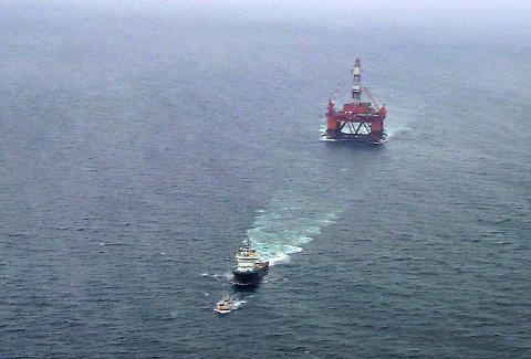 Oljeriggen Transocean Arctic i å bli slept ut i Barentshavet. På bildet ligger deres båt «Osan» noen få meter foran slepebåten.