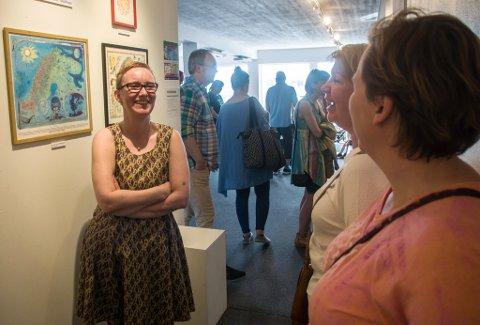 - Dere kan gjerne by på bildene, oppfordrer Lill Tove til Miriam Eriksen og Ann Merete Kielland. Salgsutstillingen, med underholdning hver kveld, er åpen til og med mandag 4. juli.