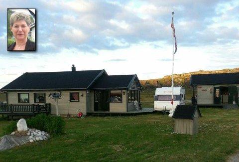 """FORBANNET Anne-Marie Hågensen fra Alta er forbannet over nivået på gebyret for å få feid pipa på hytta si """"Regnbuen"""" i Nordkapp kommune."""