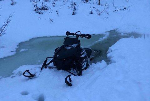 SANK: Scooteren sank godt ned i isen under turen på fjellet.