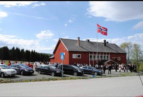 SAMLINGSPUNKT: Breidablik Grendehus er viktig for Okkenhaugs-grenda. Her fra et arrangement 17. mai.