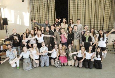 Glad gjeng: Skuespillere og musikere i skjønn forening under øvelsen søndag. Alle gleder seg til premieren på «Lovlig blond» 5. mars og de øvrige fem forestillingene på Bruvollen. Foto: S. Samuelsen