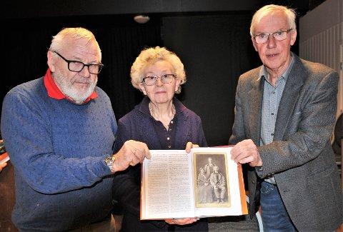 Tore Aaserud (t.v.), Ruth Eng og Roar Lunder gleder seg over et nytt bind av bygdeboka, og presenterer bildet av sine tipp og tipp-tippoldeforeldre. Et bilde av en person som er født for snart 250 år siden er ikke dagligdags. Foto: Øivind Eriksen