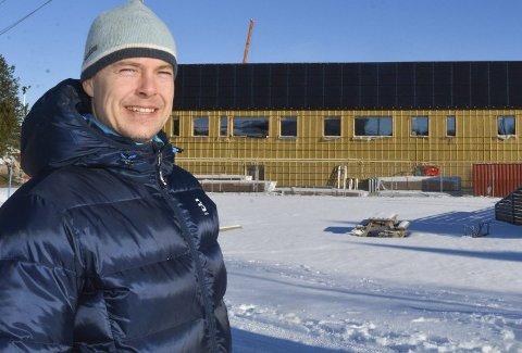 Ole-Christian Østreng står som nummer to på valglisten til MDG i Aurskog-Høland. Her avbildet foran solcellepanelet ved nye Bjørkelangen skole. Arkivfoto: Anne Enger Mjåland