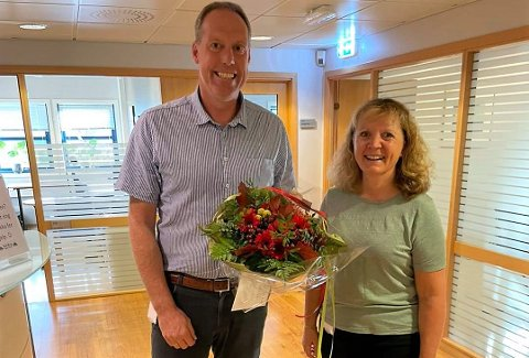 JUBILERER: Ketil Jakobsen ble gratulert med 20 års ansettelse i Aurskog Sparebank av administrerende banksjef Evy Ann Hagen og fikk Liverpool-bukett på kjøpet.