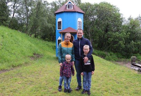 mamma Linn Hågensen og pappa Ørjan Staulen hadde lovet fire år gamle Helmer Olai Staulen et lekehus i hagen. Lite viste de at han ønsket seg et mummihus. Foran Helmer Olai (t.v) og storebror Elander Andre Staulen (8). Største storebror Sidrik Johan Staulen var ikke hjemme da bildet ble tatt. Se flere bilder fra innsiden av mummihuset i egen bildeserie.