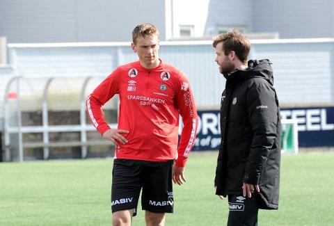 FLYTTER ØSTOVER: Torben Dvergsdal (t.v.) sliter med ryggen akkurat nå, men regner med å være i full trening igjen snar, og i god tid før turen går til Notodden. Her er 20-åringen sammen med naprapat Ole Martin Tunheim.