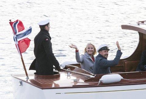 Med sjaluppen til Dampskipsbrygga: Her et bilde fra Namsos der Kronprins Haakon og kronprinsesse Mette-Marit benytte sjaluppen slik det også er tenkt i Stavern. Foto: Berit Roald / NTB scanpix