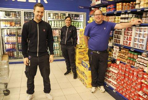 TAKKNEMLIG: Anders Kihl Hansen (til h.) er glad for at Stine Breidablikk og Andreas Vån Pis Johnsen i Rema 1000 på Grefsrud ga ham muligheten. Foto: Lars Ivar Hordnes