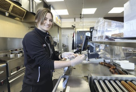 Best i Hof: Daglig leder Linda Myrvold ved BEST i Hof, viser hvordan hun lærte å håndtere ostepølser med bacon. – Det ble ikke all verden i lønn, men litt lommepenger, sier hun. Foto: Pål Nordby