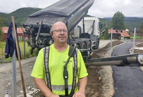 På jobb i dag: Torsdag var Stein Kvarme i Hjartdal og la asfalt i sansehagen ved sjukeheimen.                        foto: privat