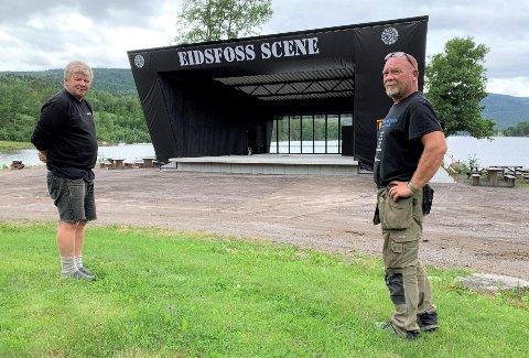 EIDSFOSS SCENE PÅ PLASS: Tom Erland Fredriksen og Tor Arne Brenden i Eidsfoss Musikkforening gleder seg til den nye utescenen blir innviet med festival i helga.