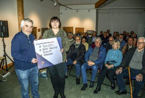 Gave til Berg Kragerø Museum: Nina Klausen fra Sparebanken Sør overrekker en sjekk på 100.000 kroner til Per Norseng fra Berg-stiftelsen.