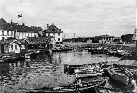 Blindtarmen tidlig på 1930-tallet: Jernbanen har kommet til Kragerø. Kragerøbanen ble innviet i desember 1927. Det førte til at Kragerø fikk landet mest spesielle båthavn, Blindtarmen. Fotografiet er trolig tatt tidlig på 1930-tallet for man ser at folk ror og det ligger en rekke robåter i båthavna.
