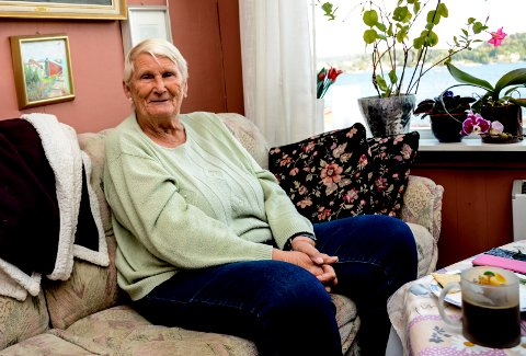 Ninn, eller Lisbeth Røsholmen som hun egentlig heter, hjemme i stua på Øya.