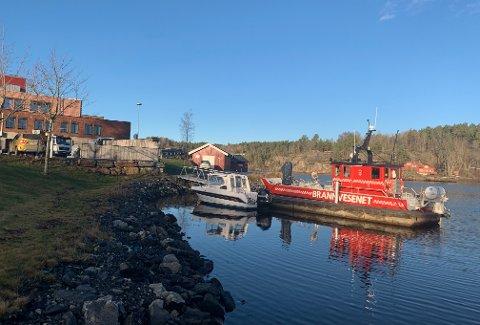 BRYGGEPLASS: Brannbåten ligger vanligvis fortøyd ved denne brygga. Ellegård mener det bør finnes en annen løsning.