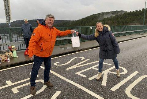 På grensen: Datteren min, Sara, er bosatt i Sverige med sin familie. Sist lørdag var det overlevering av julegaver over grensemerket på den gamle Svinesundsbroen.